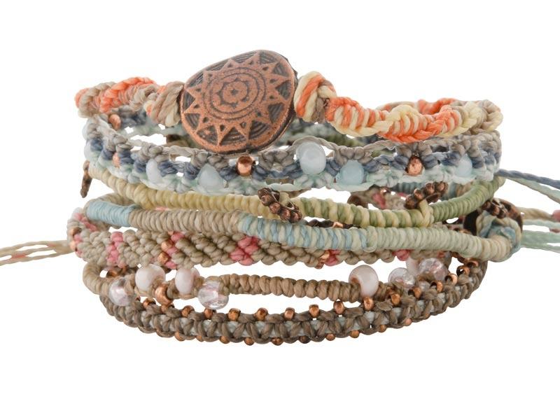 Set van zeven geknoopte armbanden uit Guatemala